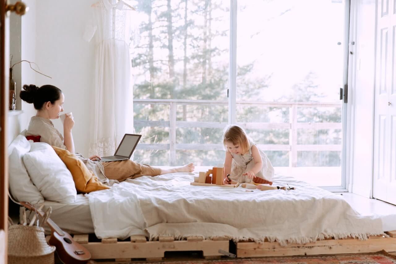 育児休業中に在宅で副業。育児休業給付金や社会保険料等の取り扱いはどうなる?